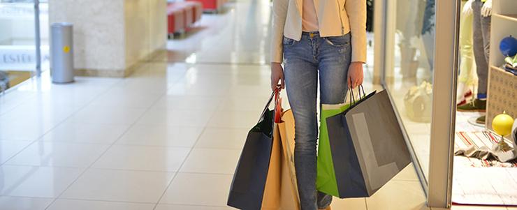 借金をしてショッピングする女性